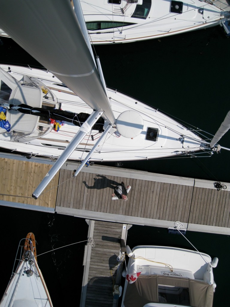 Aloaft the mast on a Jeanneau